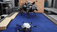 Hexacopter hilft Laufroboter