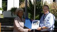 Nichelle Nichols (Lieutenant Uhura aus der Star-Trek-Originalserie) überreicht dem letzten verbliebenen Voyager-Programmierer Larry Zottarelli eine Dankes-Urkunde zum 30. Jubiläum der Voyager-Mission im Jahre 2007.
