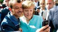 Angela Merkel mit Flüchtlingen