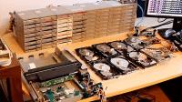 Floppotron 2.0: 2 Scanner, 8 Festplatten und 64 Diskettenlaufwerke in concert