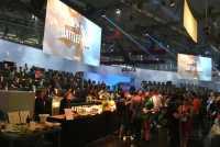 Generalstabsmäßig geplant: Auf zwei Tribünen und über ein Trailer-Kino kann EA auf der Messe alle 20 Minuten 120 Spieler durchschleusen. Das sind knapp 3000 pro Tag.