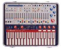"""Was aussieht wie """"Mein erster Synthesizer"""" ist kein Kinderspielzeug, sondern der Avangarde-Synthesizer Music Easel, den Buchla seit 1973 im Programm hat. Im Unterschied zum Minimoog Model D blieb ihm ein größerer kommerzieller Erfolg jedoch verwährt."""
