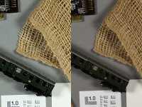 100-Prozent-Ausschnitt bei ISO 100: Links zeigt das Google Pixel sein Können an der c't Testszene, rechts daneben sehen Sie die D3400 mit ihrem Kit-Objektiv (skaliert). Das Pixel-Smartphone zeigt eine heftige interne Bearbeitung, dagegen wirken die Fotos der Spiegelreflexkamera regelrecht zurückhaltend.