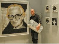 Künstler Schönwadt vor Zuse-Portrait mit aufgestellter Tonne in die Tastaturen gekloppt werden können.