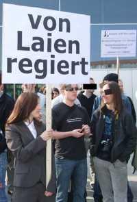 """Plakat """"von Laien regiert"""""""