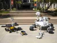 Gruppenbild mit Koloss: Der MSL-Rover kann ein Vielfaches der Nutzlast seiner Vorgänger tragen.