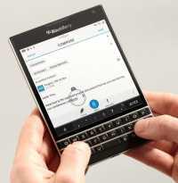 Blackberry-Gerät, von 2 Händen gehalten