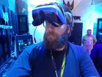 Praktisch: Die Windows-VR-Brillen kann man einfach hochklappen, wenn man mal kurz in die Realität will.