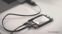 Der Lattepanda, eine Platine mit silberner Abdeckung, liegt auf einem Tisch
