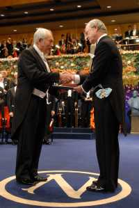 2007 erhält Peter Grünberg den Physik-Nobelpreis. Der schwedische König gratuliert ihm.