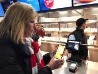 Apple-Pay-Chefin Jennifer Bailey bei der Demonstration des Bezahldienstes in der Allianz Arena.