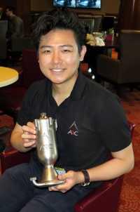Andy Kieatiwong hält eine metallene Brennstoffkammer mit Schriftzug ARC