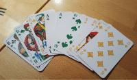 Der Traum eines jeden Skatspielers: so ein narrensicheren Grand ouvert auf die Vorhand (real gespielt am 3.April 2019 in der c't-Skatrunde) sieht man nur alle 24.000 Spiele,  jedenfalls wenn die Karten gleichverteilt sind ..