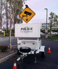 """Überwachungskamera-Warnschild auf kleinem Anhäger mit Aufschrift """"Police - City of Fremont"""""""