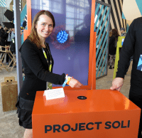 Frau hält Hand über Soli-Sensor