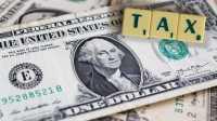 US-Dollar-Note, darauf liegen Scrabble-Buchstaben TAX