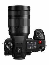 Die spiegellose Vollformatkamera Panasonic S1H richtet sich an professionelle Videografen. Dafür verzichtet sie unter anderem auf ein Zeitlimit für Filmaufnahmen.