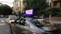 Leuchtender Bildschirm auf Pkw-Dach