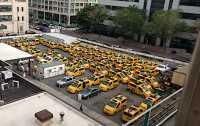 Viele gelbe New Yorker Taxis auf dem Dach eines Parkhauses