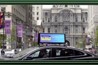Bildschirm auf Autodach zeigt Autokennzeichen