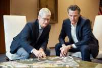 Apple-Chef Tim Cook mit dem Gouverneur von Kalifornien Gavin Newsom.