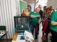 Einer der Projektingenieure von 3dk.berlin zeigt interessierten Schülerinnen die Möglichkeiten des 3D-Drucks während der Oberschulmesse in Berlin Spandau.