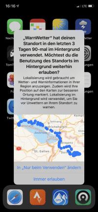 Mit auffälligen Hinweisen erinnert iOS 13 daran, wenn Apps im Hintergrund ständig den Aufenthaltsort abfragen dürfen.