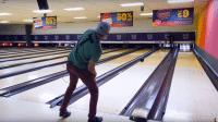 Ferngesteuerte Bowlingkugel trifft garantiert alle Pins