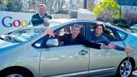 Sergey Brin und Larry Page winken aus einem Toyota