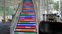Treppe, auf deren Stufen Suchbegriffe eingeblendet werden, daeben eine Kaffeemaschine mit Android-Aufkleber