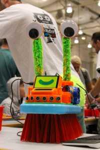Ein liebevoll verzierter Bürstenroboter.
