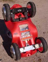 Ein umgedrehtes Bobby-Car mit Blick auf Elektronik.