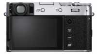 Viele Tasten kommen auf der Rückseite der X100V nicht unter. Ein besonders praktisches Bedienelement ist hier der Joystick, mit dem man flott durch Menüs navigiert oder Fokuspunkte verschiebt.