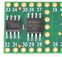 Aufgelötete externe Speicherchips auf den dafür vorgesehenen Stellen auf dem Mikrocontroller.