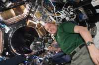 Der niederländische Astronaut André Kuipers hat den NightPod Ende 2011 zur ISS gebracht. Fotografieren ist für die Besatzung der ISS mittlerweile zum wichtigen Freizeitausgleich geworden.