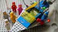 Lego-Figuren neben einem Raumschiff mit Lichtern.