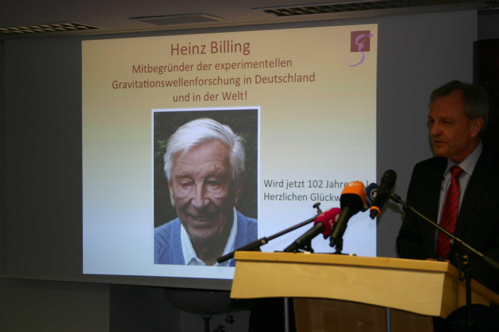 Prof. Danzmann ehrt den Initiator der experimentellen Graviationswellenforschung in Deutschland, Prof Heinz Billing, der neben Zuse auch zu den großen deutschen Computer-Pinonieren gehört