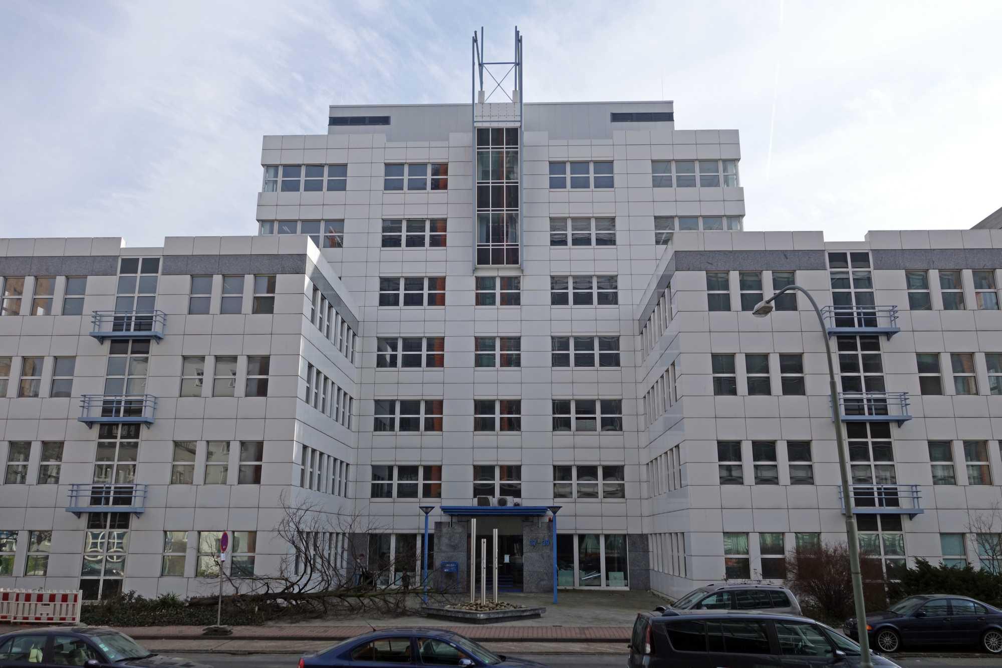 Weißer Bürokomplex