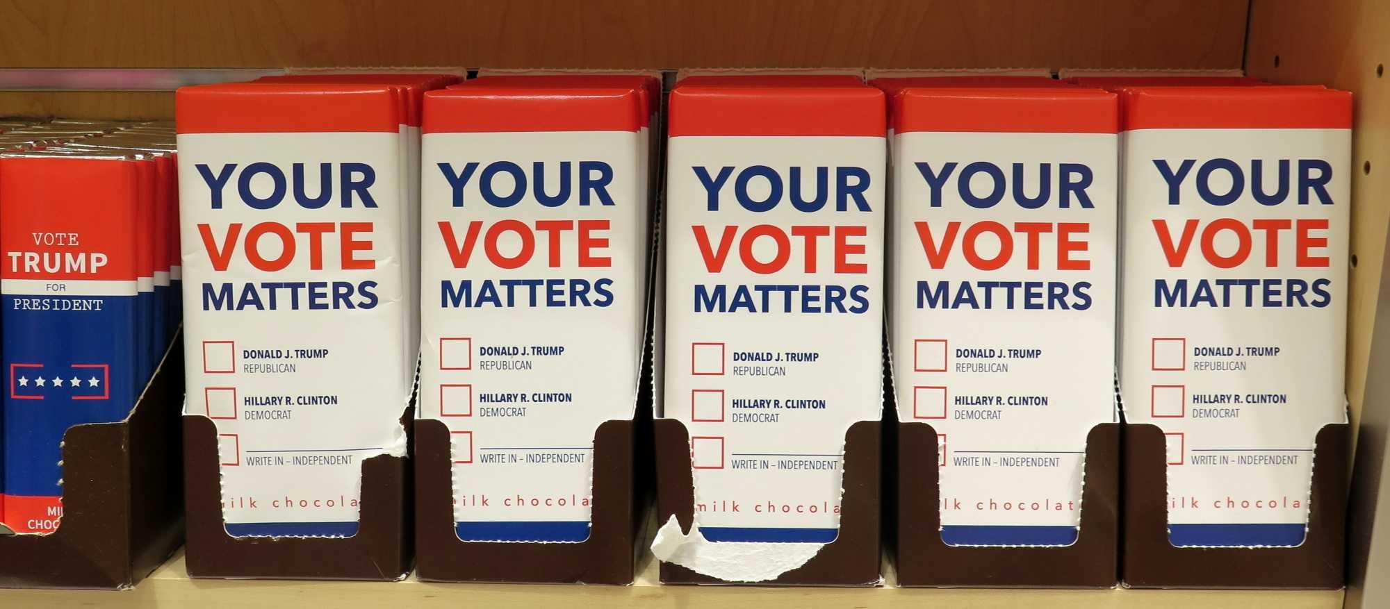 """Schokoladetafeln mit Aufschrift """"Yout Vote Matters"""" und Kästchen für Trump und Clinton"""