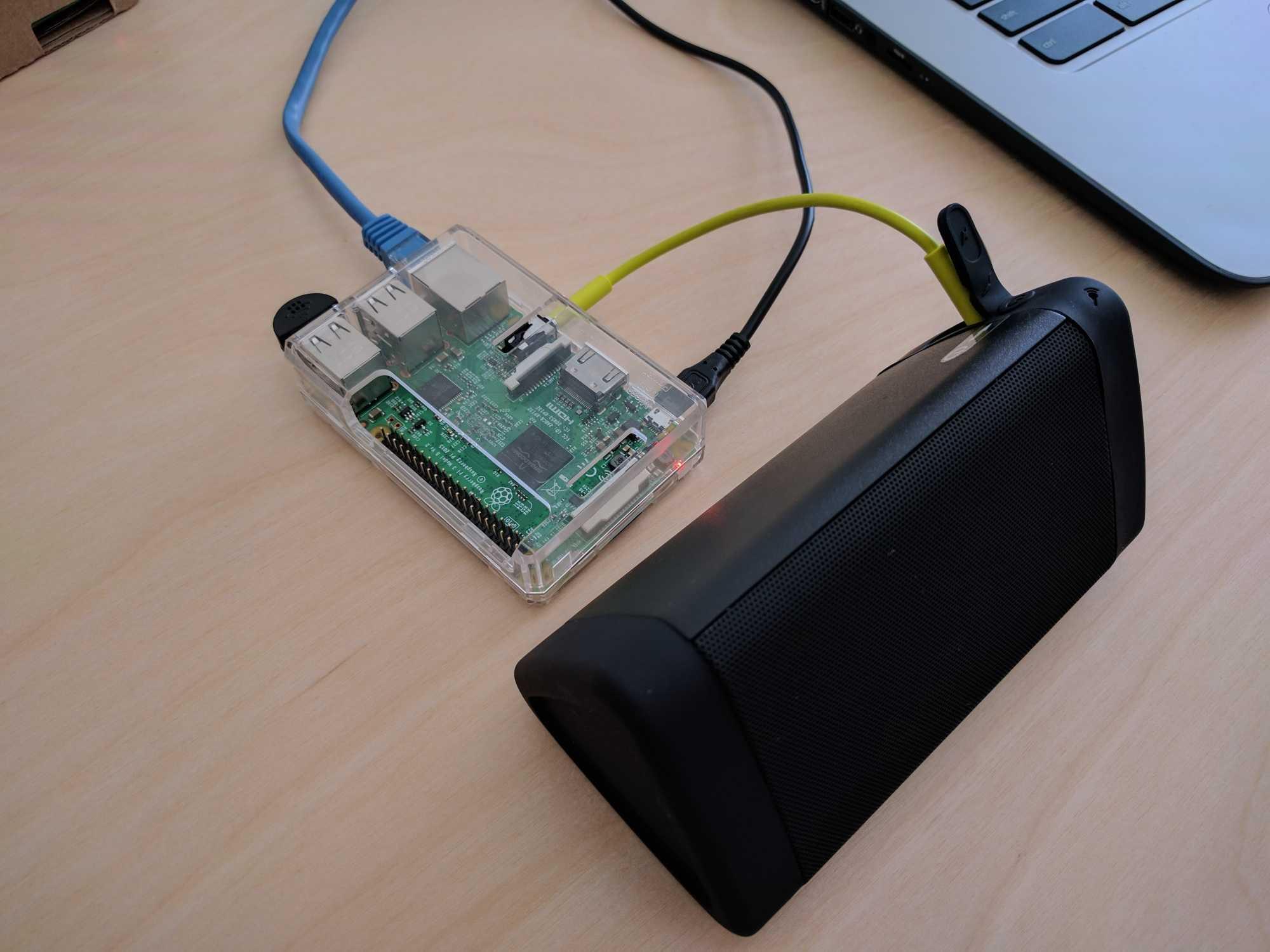 Sieht nicht so aus, doch der Raspi mit angeschlossenem Lautsprecher ist dank Assistant SDK ein anpassbare Selbstbauvariante von Google Home.