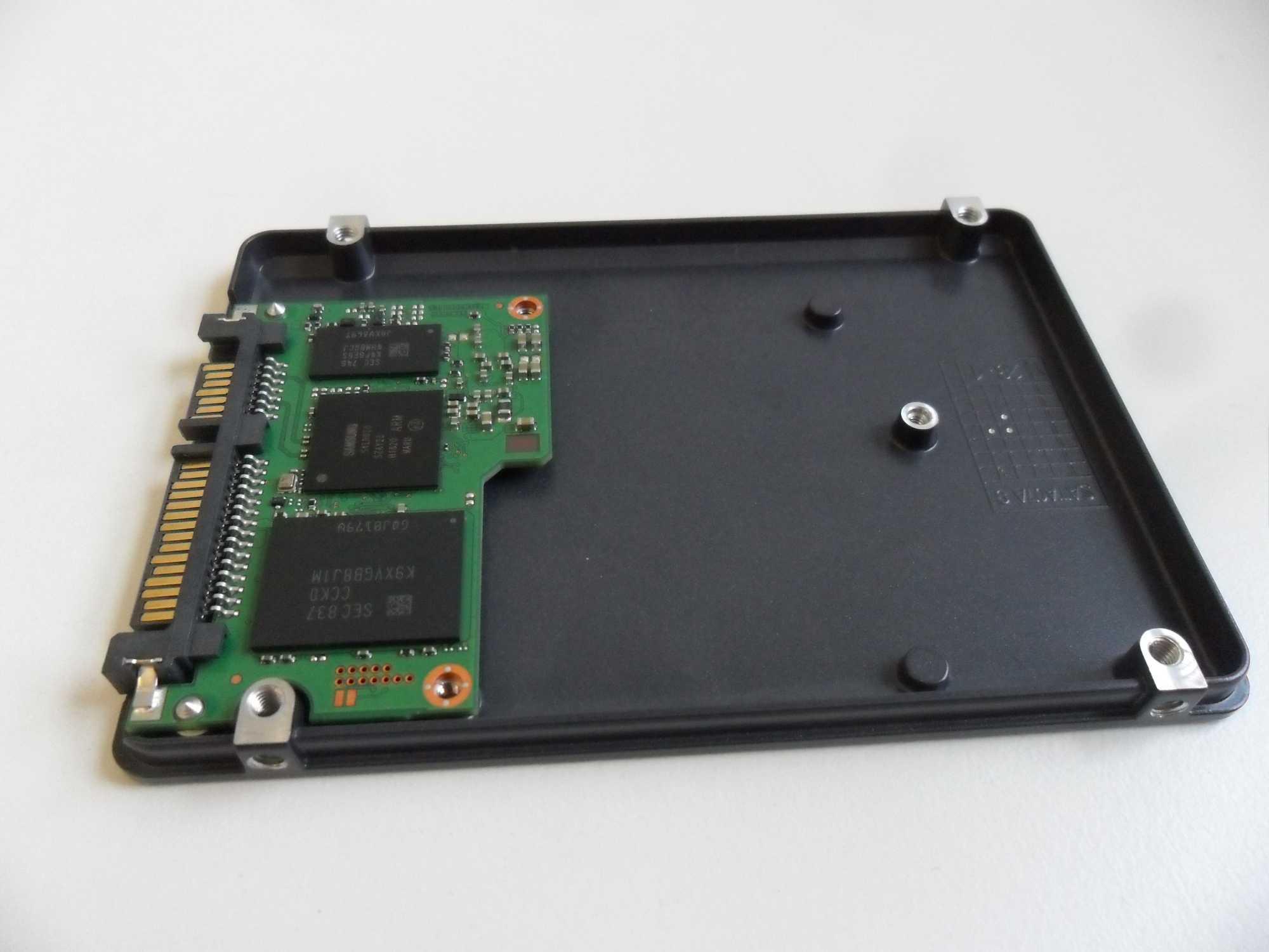 2 TByte Speicher bringt Samsung auf der kleinen Platine unter. Da in dem Gehäuse noch viel Luft ist, sind größere Versionen durchaus machbar.
