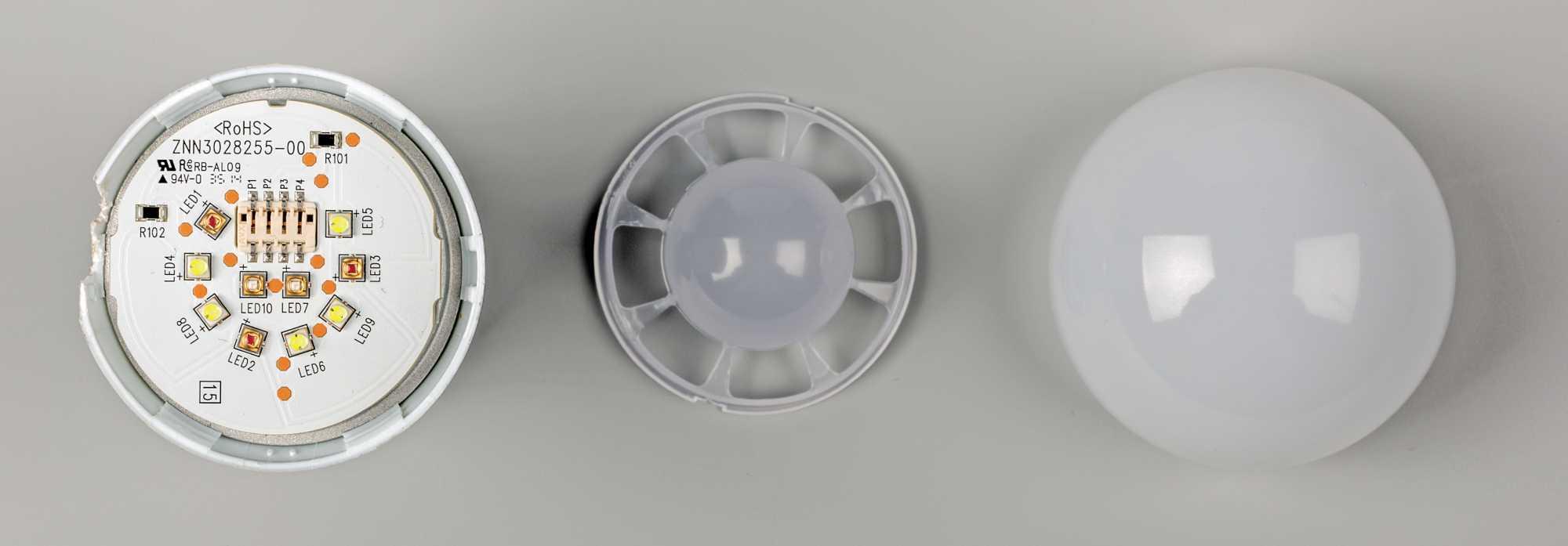 In der farbigen LED-Lampe sitzen blaue LED-Chips mit gelbem Phosphor, LEDs mit rotem Phosphor für das wärmere Licht und rein blaue LEDs. Die innere Diffusorkappe mischt das Licht der farbigen LEDs zusammen, die diffuse Lampenhülle verteilt das gesamte Licht gleichmäßig im Raum.