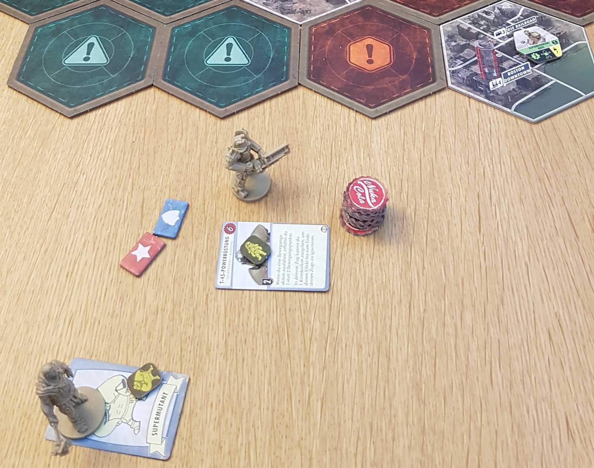 Verstrahlt oder mit Powerrüstung – auch als Supermutant oder ehemaliges Mitglied der Eisernen Bruderschaft kann man sich bei Fallout: The Board Game durchs gefährliche Ödland kämpfen.