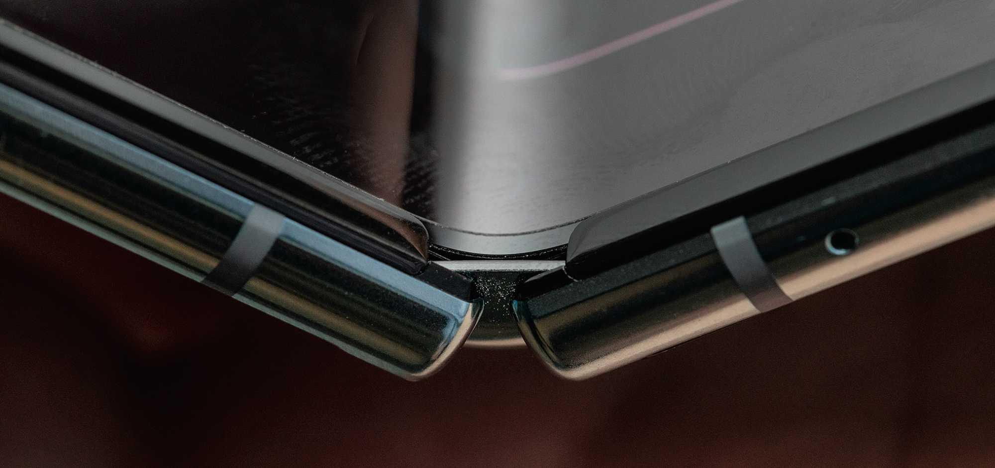 Durch die ungeschützten Öffnungen am Scharnier können Schmutz und kleine Teile ins Galaxy Fold dringen und sich zwischen Scharnier und Display schieben.
