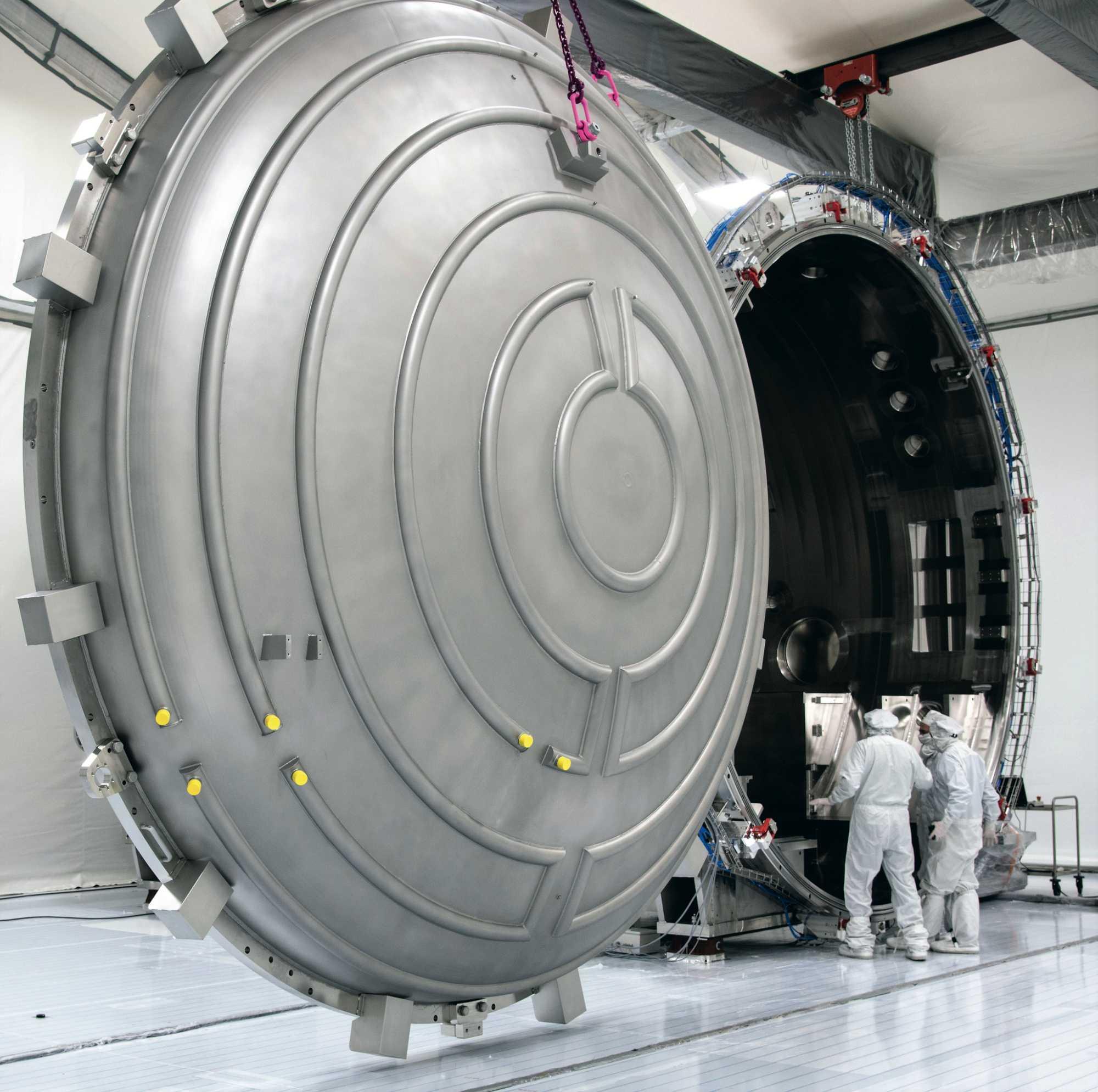 Die Firmen ASML und Zeiss entwickeln EUV-Lithografiesysteme mit hoher numerischer Apertur, die derzeit noch riesige Vakuumkammern benötigen.