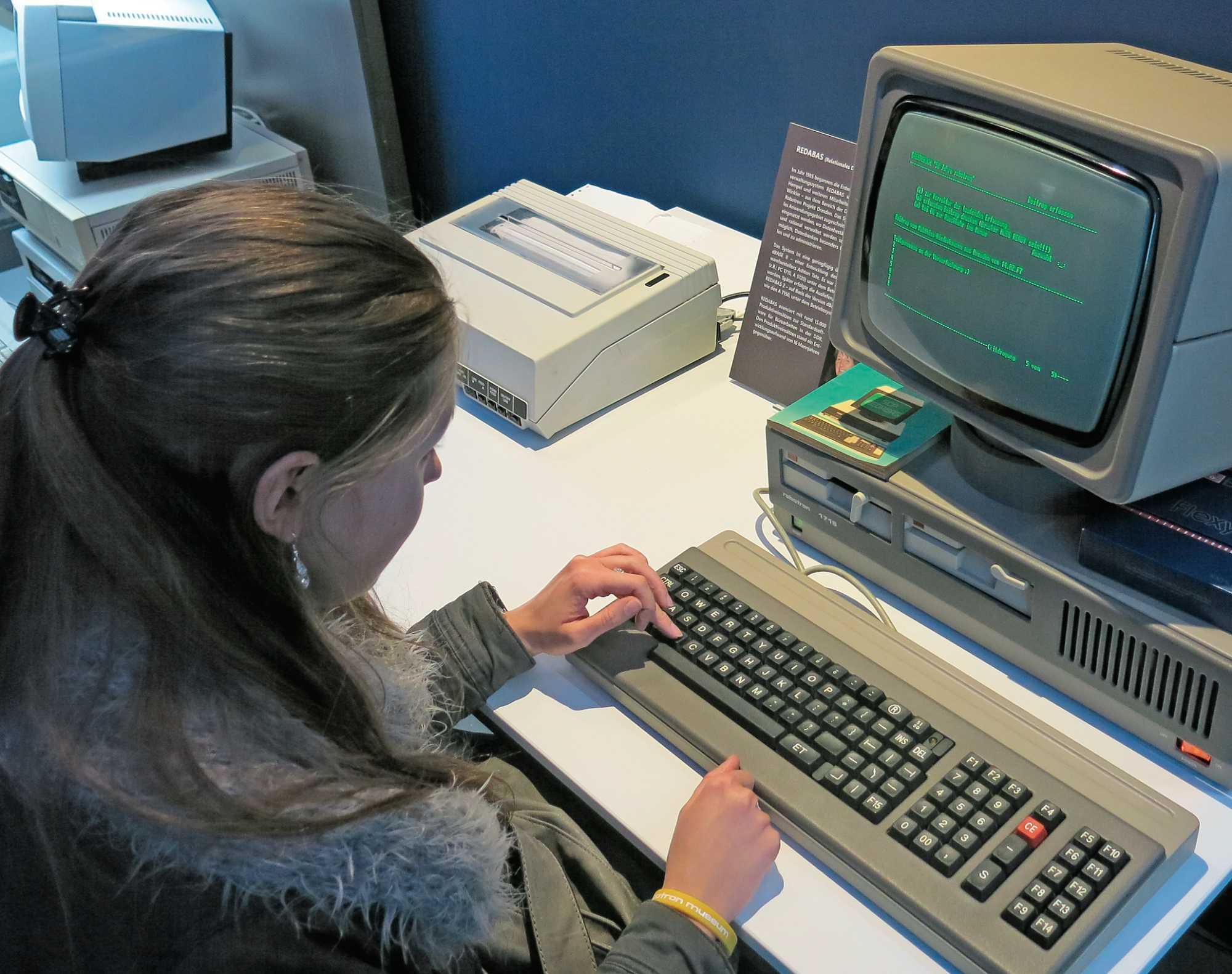 Ab 1988 startet die DDR erste Versuche, Computer auch in Schulen einzusetzen.