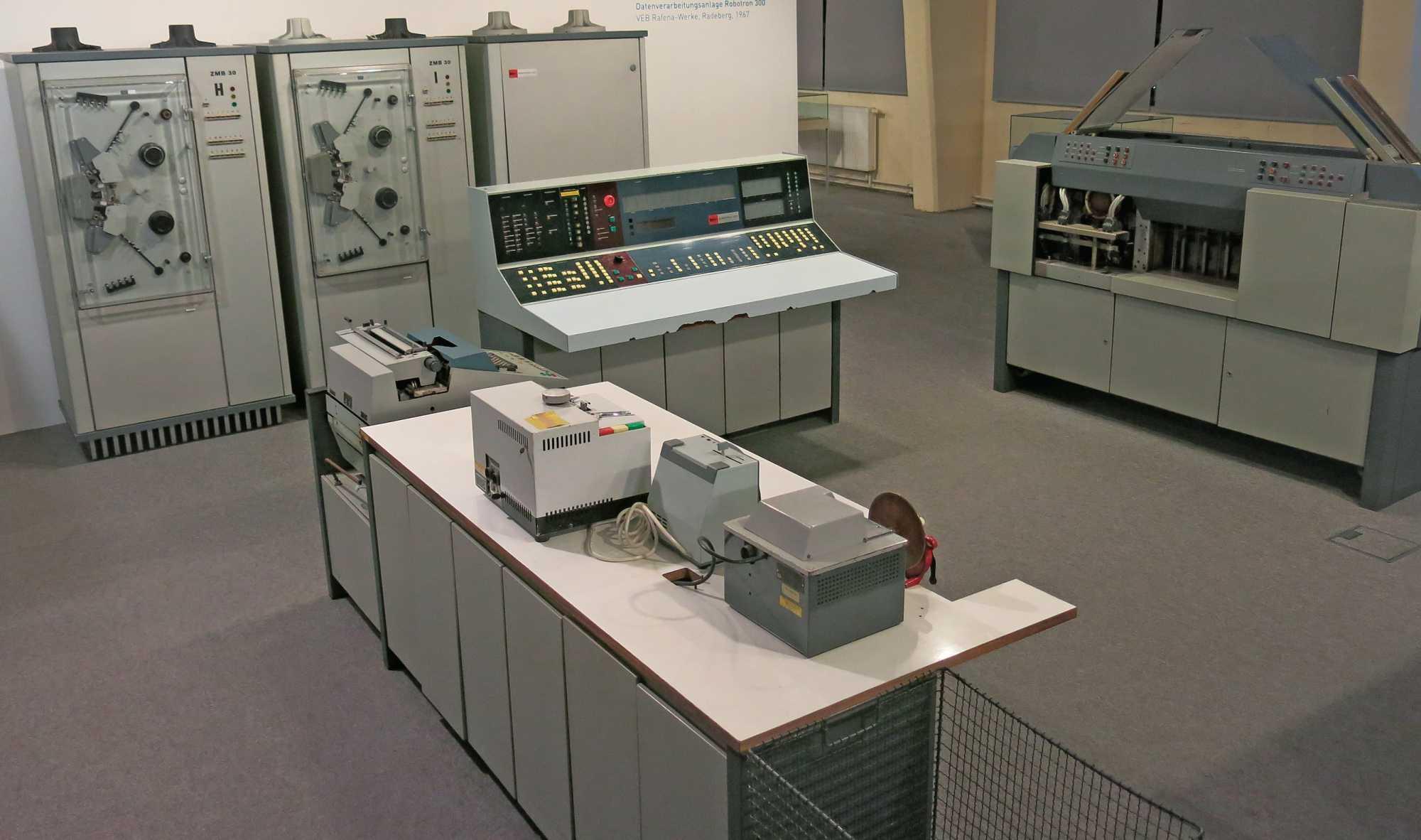 Die Robotron 300 war die erste Rechenanlage der DDR. Sie war Namensgeber für das spätere Kombinat.