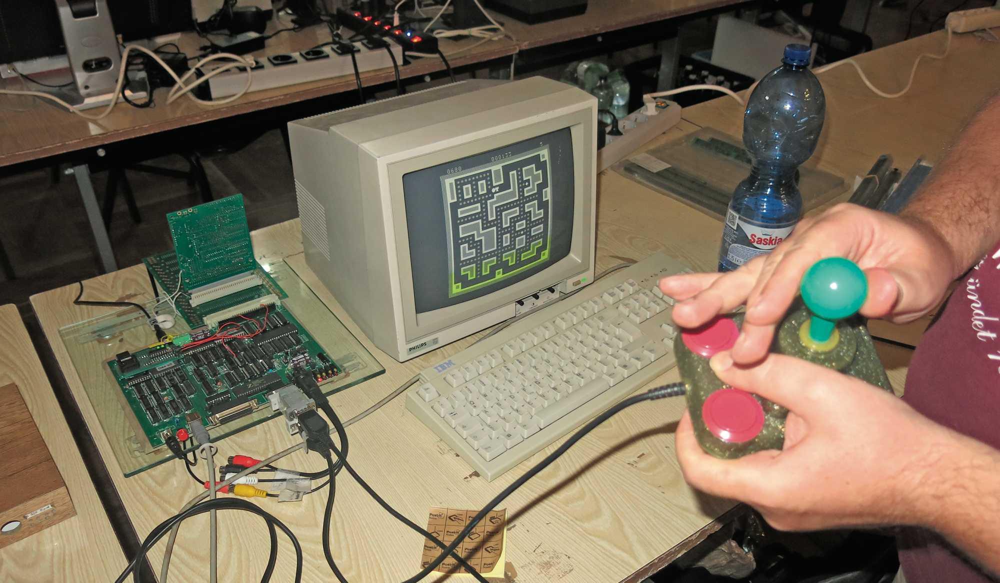 Der günstige Bastelcomputer Z 1013 war in der DDR recht beliebt. Ausgeliefert wurden nur die bestückte Platine und eine Folientastatur.