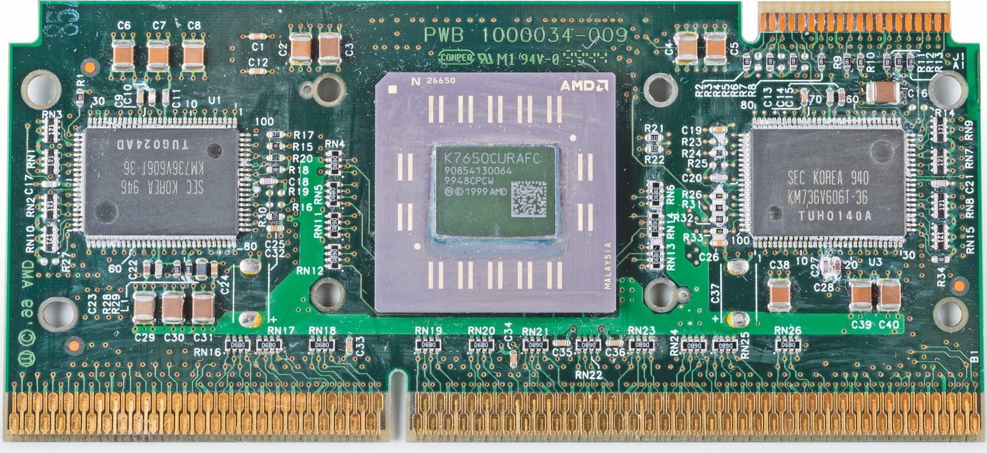 Links und rechts von der CPU sitzen die beiden Chips für den Level-2-Cache. Erst bei den späteren Sockel-A-Varianten des Athlon ist der L2-Cache mit in den Prozessorchip gewandert.