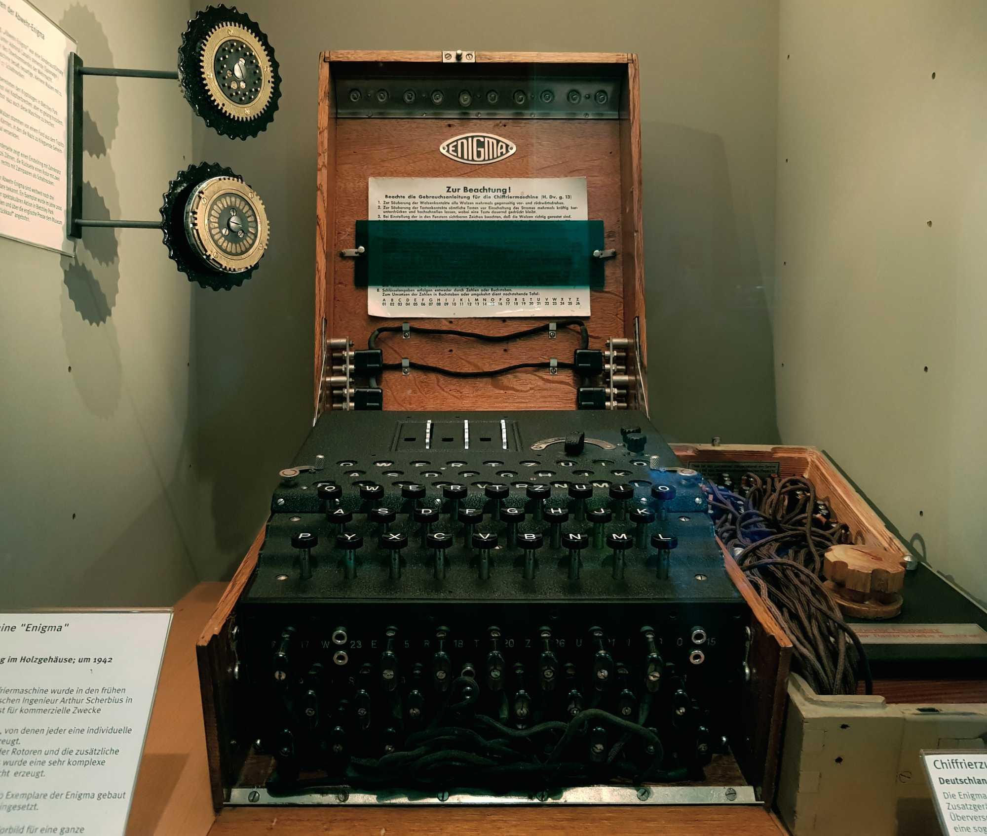 Historisch verschlüsselt: Im HNF kann man eine Enigma bestaunen.